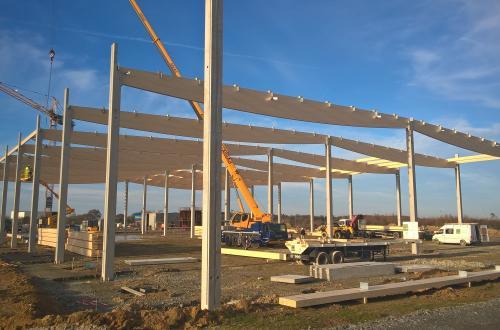 Entrepôt - Charpente lamellée collée sur poteaux B.A. grande hauteur stabilisés en toiture