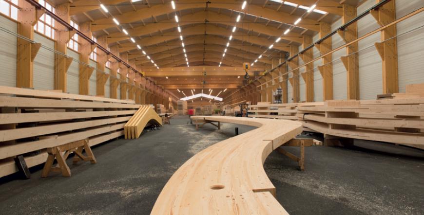Le hall de fabrication en bois lamellé collé chez Charpentes Fournier